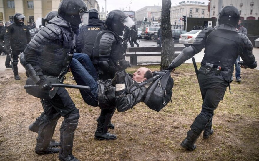 Baltarusijos OMON vaiko protestuotojus Minske