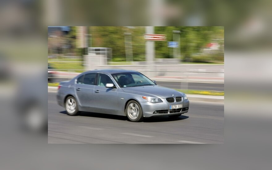 Vyriausybė svarstys, kaip keisti asmeniniams tikslams naudojamų tarnybinių automobilių apmokestinimą