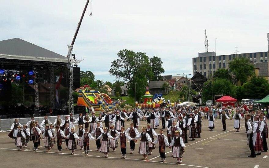 """Plungės kultūros centras kviečia į dainų šventę """"Pilnas kiemas svetelių"""""""