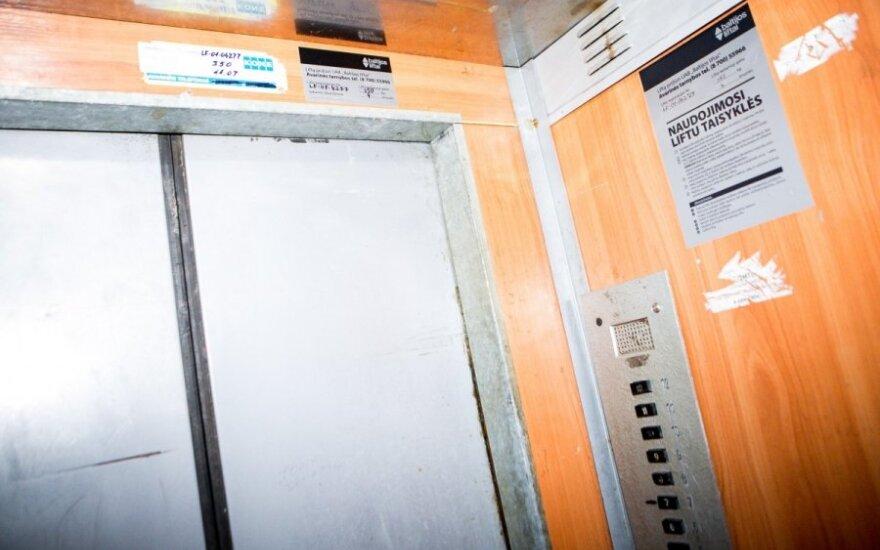 Šiauliuose nukrito lifto kabina su jauna mama ir vaikeliu
