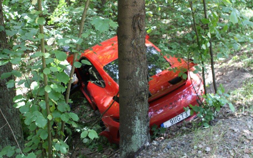 """Vilniuje itin brangus """"Porsche"""" susidūrė su """"VW Passat"""" ir nuskrido į mišką"""