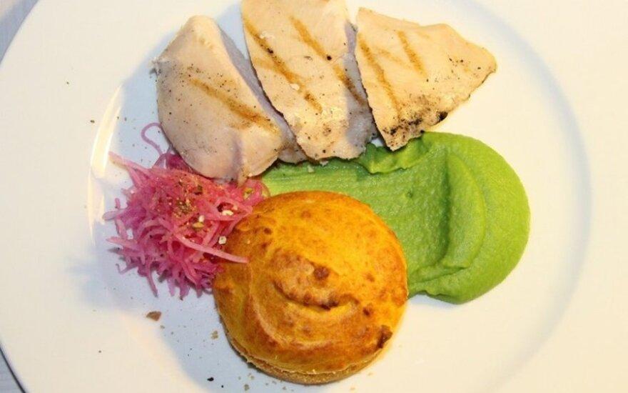 Vištienos kepsnys su morkų pyragėliu ir žaliųjų žirnelių piurė
