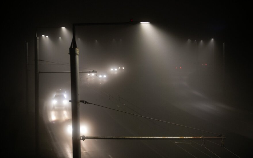 Dieną eismo sąlygas sunkins plikledis, snygis, vietomis – rūkas, įspėja kelininkai