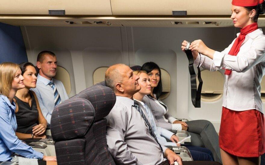 Keliaujate lėktuvu? Gydytojas įspėja dėl pavojų kojoms