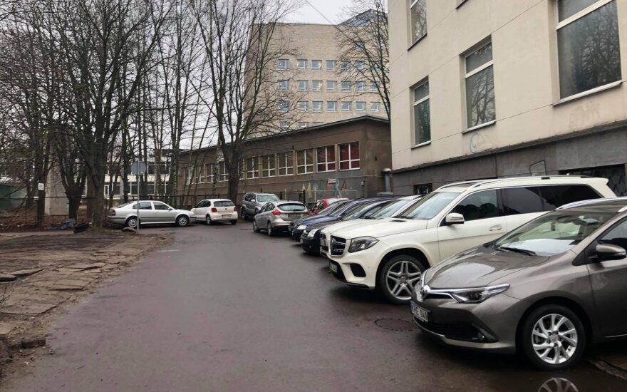 Automobiliai ant šaligatvio