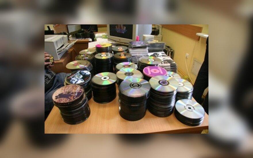 """Pernai konfiskuota 93 tūkst. diskų su """"piratiniais"""" įrašais, uždaryta 20 tinklalapių"""