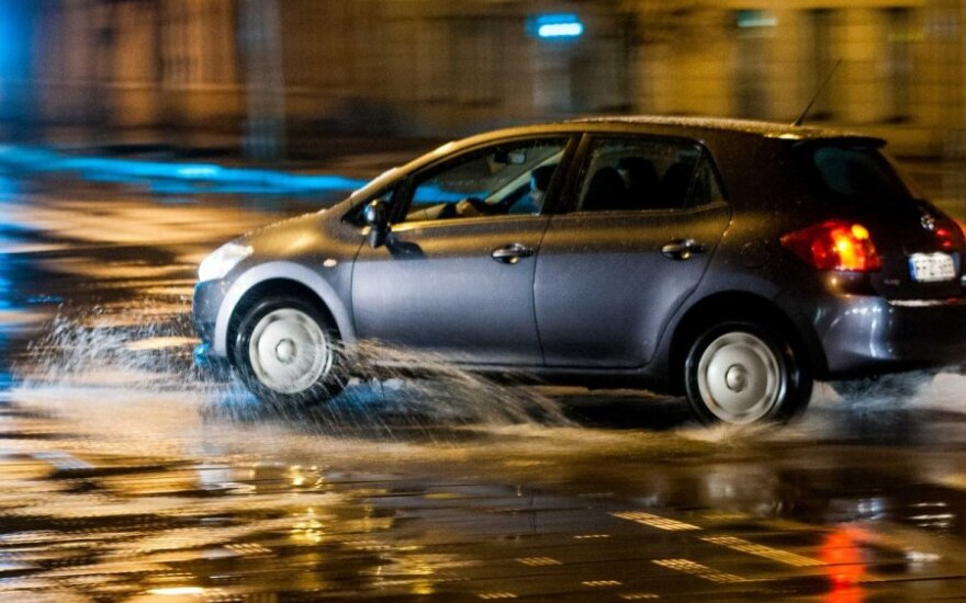 Vairuotojai pasiruoškite: naktį eismo sąlygas sunkins plikledis