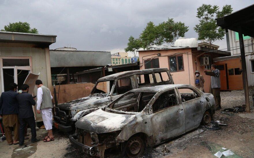 """Pompeo po """"pasibaisėtinų atakų"""" ragina Kabulą ir Talibaną bendradarbiauti"""