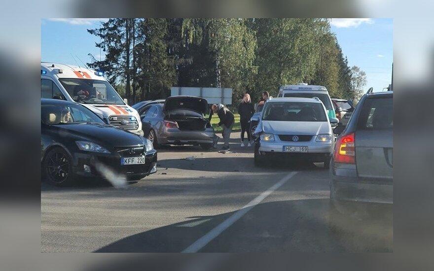 Vilniaus rajone BMW sukėlė avariją: medikų pagalbos prireikė nepilnamečiui