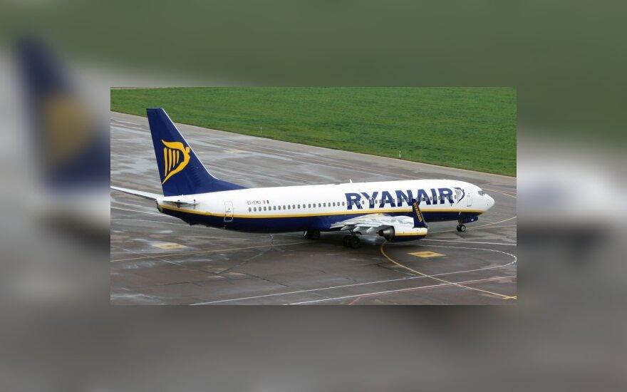 """Įširdę """"Ryanair"""" keleiviai atsisakė išlipti iš lėktuvo"""