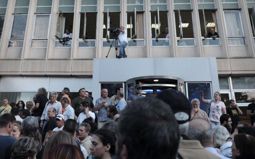 Žmonės protestuoja prieš visuomeninės televizijos Graikijoje uždarymą