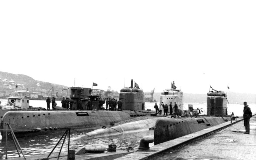 Įvairių tipų vokiečių povandeniniai laivai prie Norvegijos krantų. 1945 m.