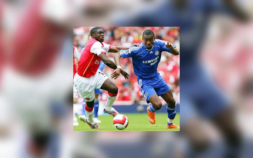 """Salomon Kalou (""""Chelsea"""") kovoja su Kolo Toure (""""Arsenal"""")"""