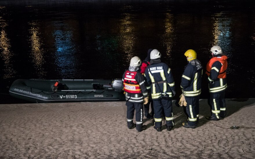 """Viekšniuose, prie kapinių, """"VW Golf"""" nuriedėjo į upę ir dingo – jį nunešė srovė"""