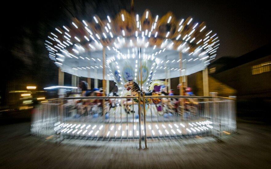 Laiku veikti nepradėjusi karuselė pagaliau džiugina vaikus