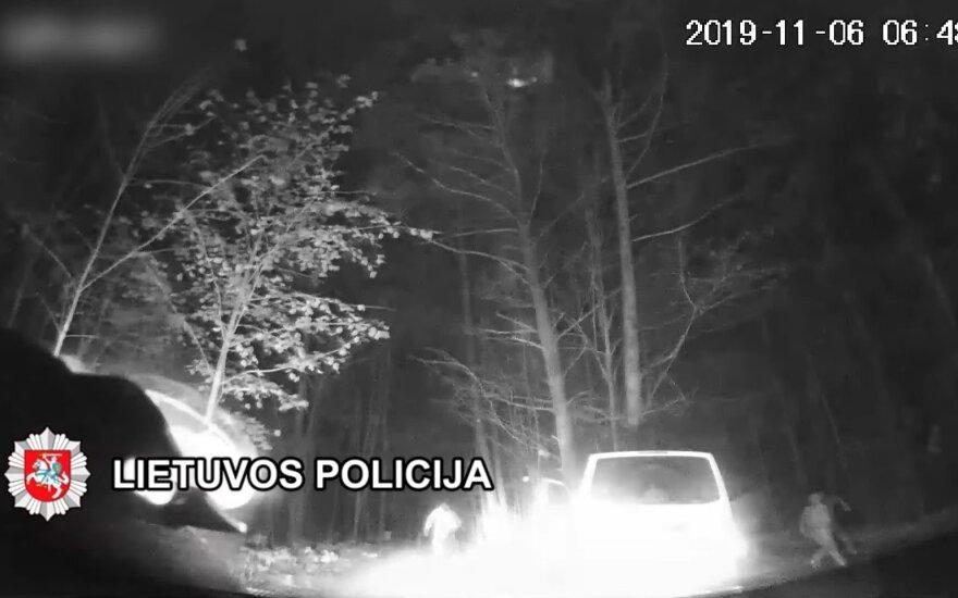Nufilmuotos gaudynės Klaipėdos rajone: miške vagys šoko iš automobilio, bet pabėgti jiems nepavyko