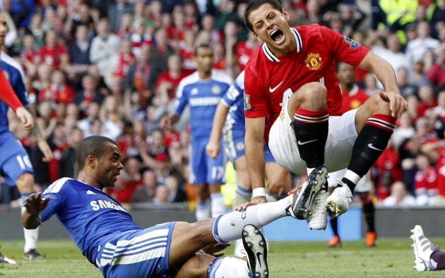 "Ashley Cole'as (""Chelsea"") prasižengia prieš Javierą Hernandezą (""Man. United"")"
