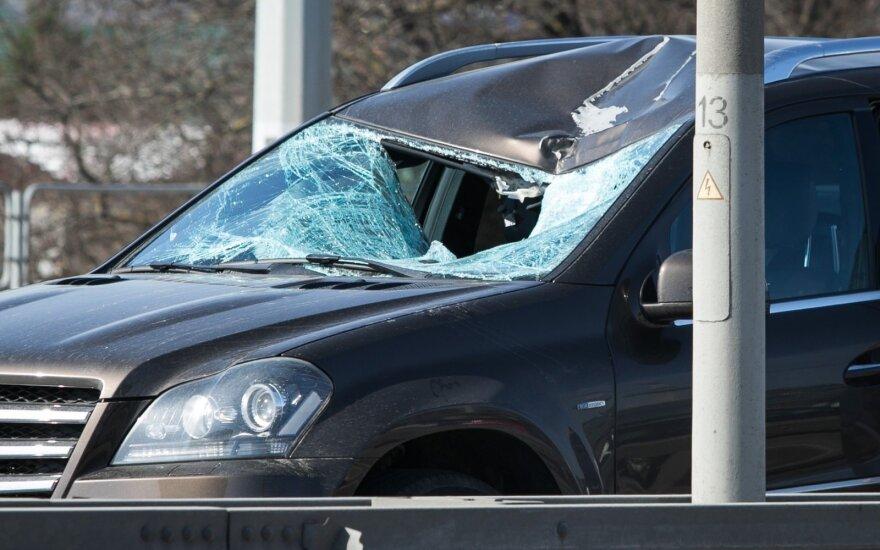 """Nuo BMW atitrūkęs ratas Vilniuje apdaužė """"Mercedes-Benz"""""""