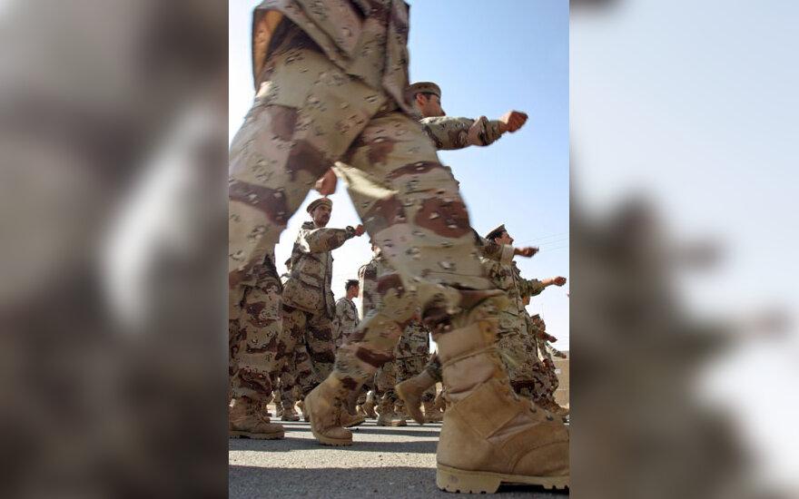Kariai Irake žygiuoja kariniame parade paskutinę savo tarnybos dieną.