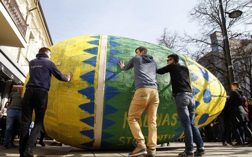 Giant 220kg Easter egg rolled through Laisvės alėja in Kaunas