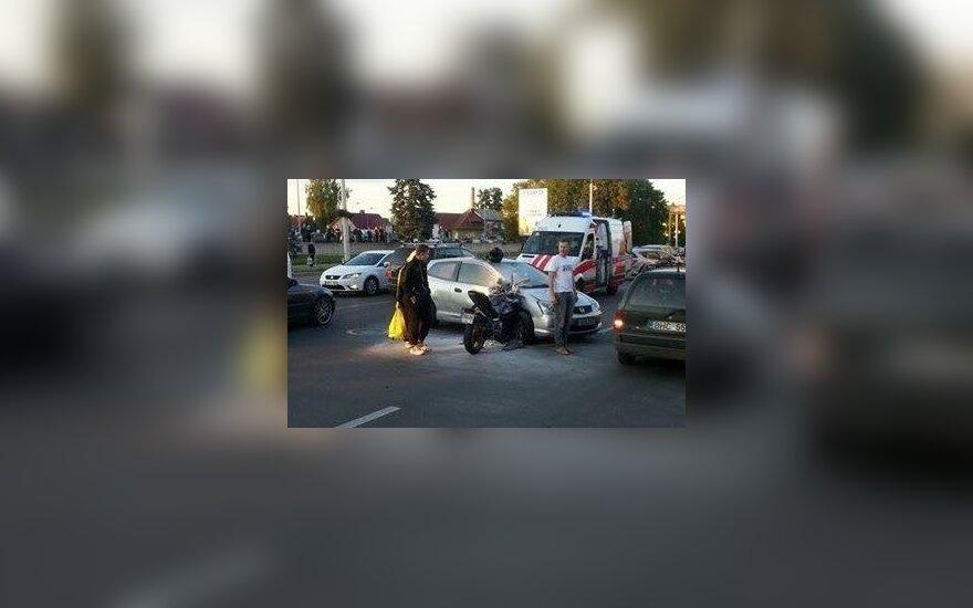 Ieškomas vyras, Kaune užgesinęs per avariją užsidegusį motociklininką