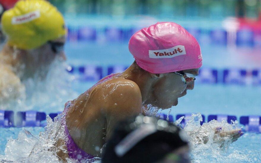 Jefimova vos aplenkė 14-metę italę, Dresselas per vakarą susižėrė tris aukso medalius