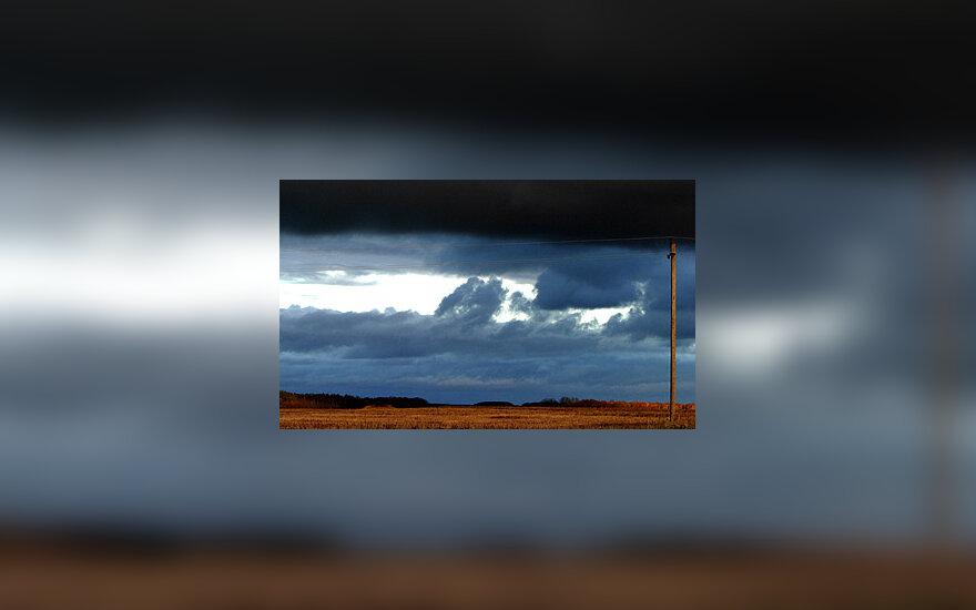 Laukas, debesys, audra, elektros stulpas