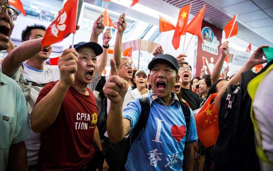 Honkongo prekybos centre susirėmė Pekino šalininkai ir pasisakantys už demokratiją
