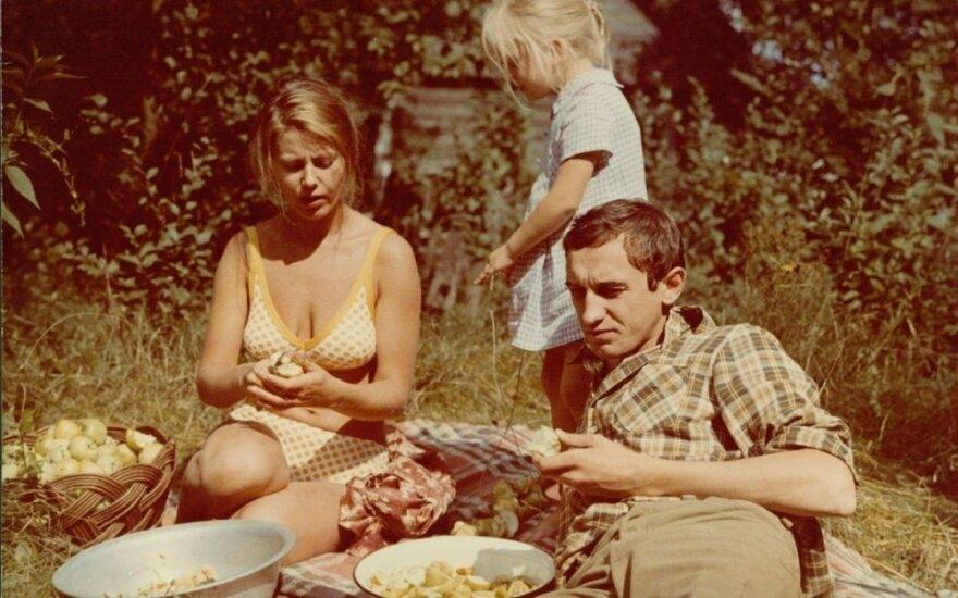 """Kadras iš filmo """"Vasara baigiasi rudenį"""" (1981)"""