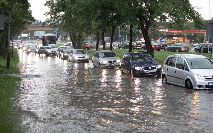 Kodėl per lietų dūžta automobiliai: jei apie tai pagalvotumėte, kai sausa – viskas būtų kitaip