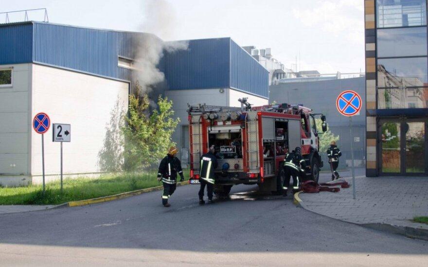 """Ugniagesių pajėgos skubėjo prie prekybos centro """"Panorama"""""""