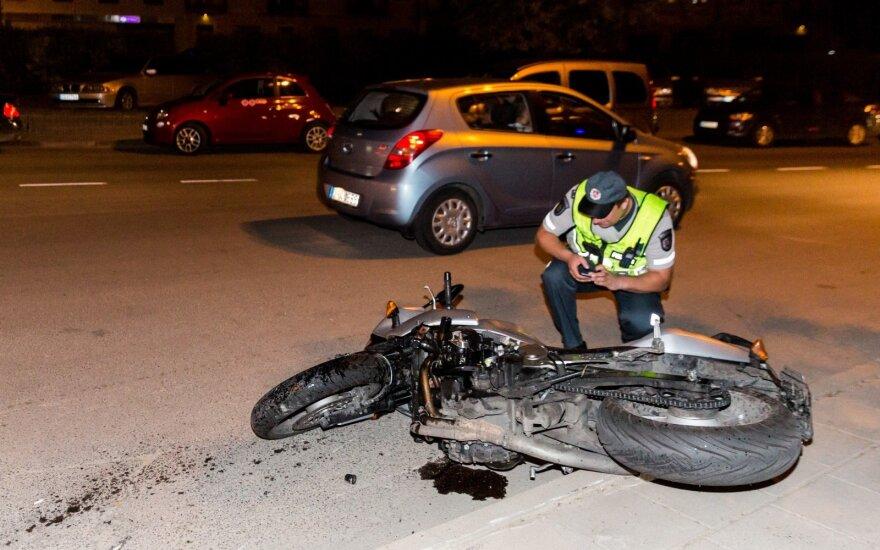 Vilniuje per susidūrimą sužalotas motociklininkas neteko sąmonės