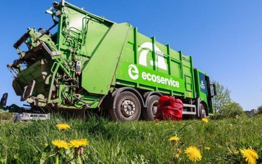 Dalį klientų Ecoservice aptarnauja modernia šiukšliaveže, kurios bunkeris pritaikytas vienu metu išvežti ir antrines, ir komunalines atliekas. J. Paštuko nuotr.
