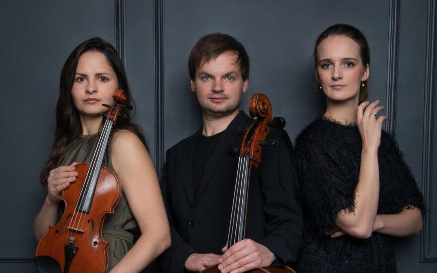 Dalia Dėdinskaitė (smuikas), Gleb Pyšniak (violončelė) ir Simona Zajančauskaitė (fortepijonas)