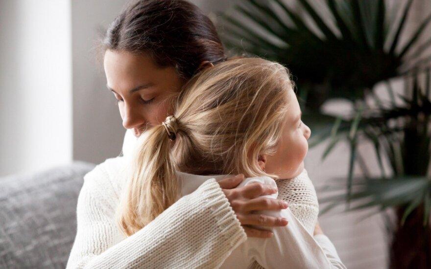 Kodėl mylėti iki mėnulio ir atgal nėra gerai: psichologė pasakė, kada per didelė tėvų meilė gali pakenkti