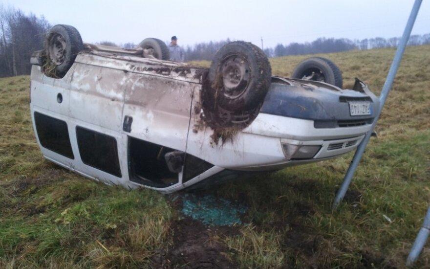Apie 200 kg sveriantį vairuotoją iš apsivertusio automobilio traukė ugniagesiai