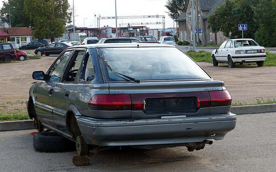 Iš pasienio zonoje riogsančių automobilių jau paimta viskas, kas vertingiausia