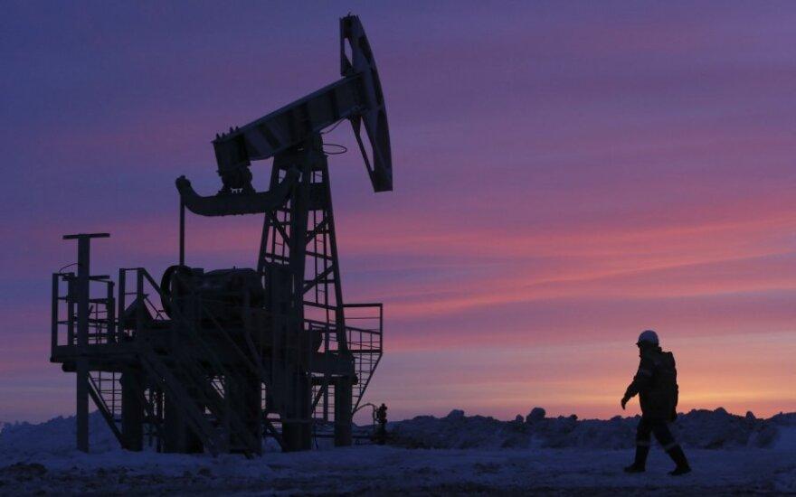 Naftos kainas smukdo augančios JAV atsargos, nusilpusi paklausa Kinijoje
