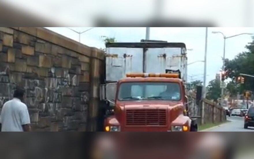 Krentantį krovinį sunkvežimio vairuotojas gelbėjo originaliu būdu