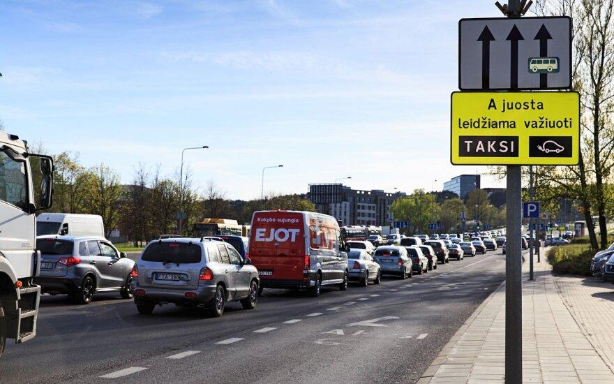"""Siūloma greitosios medicininės pagalbos automobiliams leisti važiuoti """"A"""" juosta mieste"""