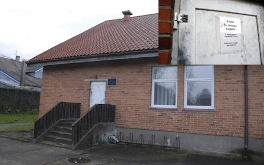 Apiplėšta Rusnės koplyčia: vagių grobis itin menkas, klebonui gaila sugadintų durų