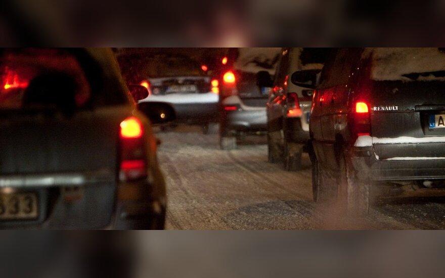 Po naktį iškritusio sniego – sudėtingos eismo sąlygos keliuose