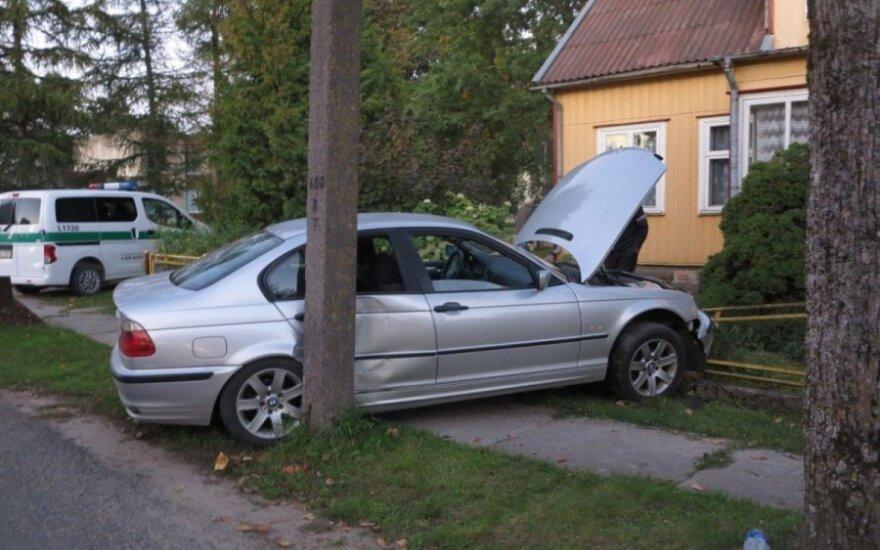 BMW sutraiškė ruskinę tvorą ir pakibo