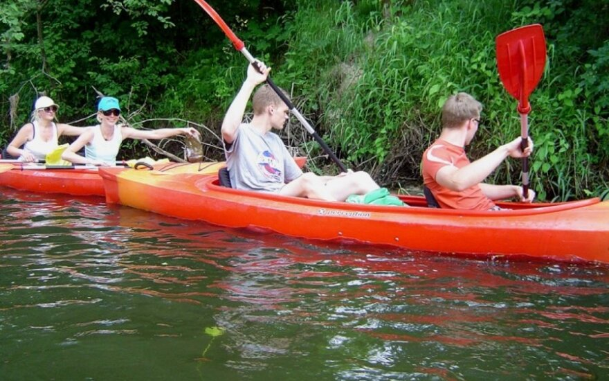 Ekologinis žygis Šyšos upe: iškylautojai, šiukšlės ir vandeniu čiuožiantis žmogus