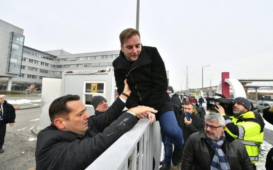 Vengrijos Socialistų partijos MSZP nariai Zsoltas Molnaras (kairėje) ir Tamas Harangozo veržiasi į visuomeninio transliuotojo pastatą