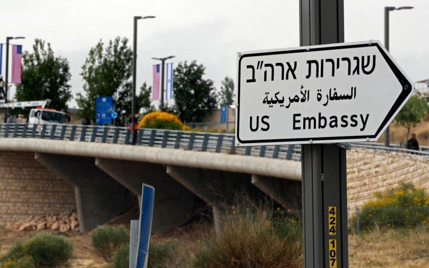 """Jeruzalėje pastatyti mažiausiai trys kelio ženklai su užrašu """"JAV ambasada"""""""