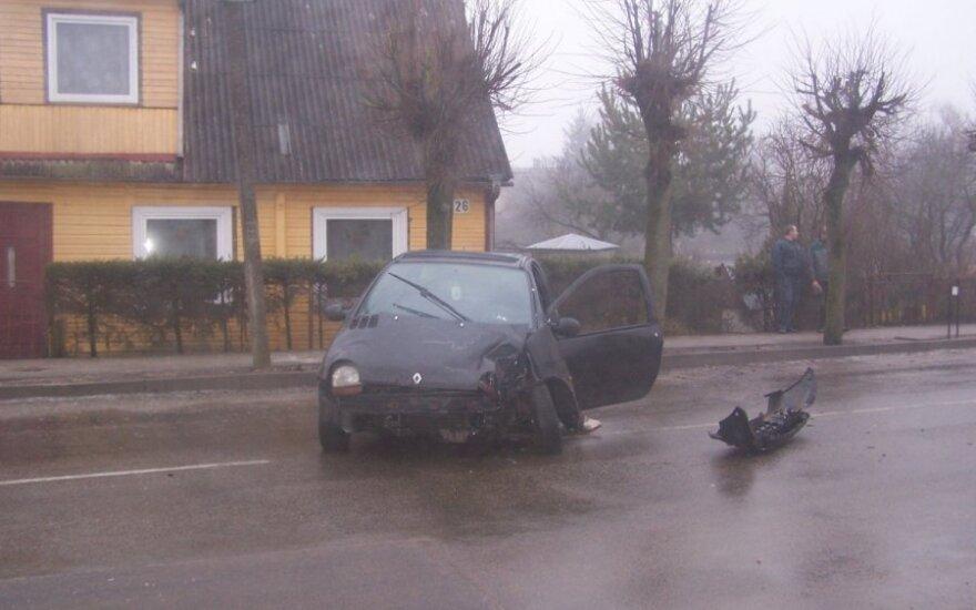"""Pakruojo r. mažytis """"Renault"""" trenkėsi į medį, į ligoninę išvežti du vaikai"""