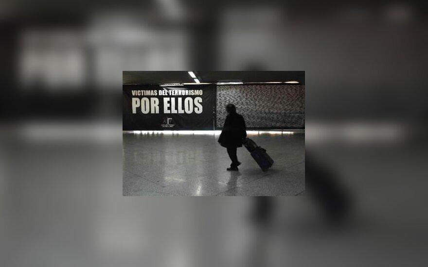 Gigantiškas plakatas su teroro akto aukų pavardėmis Madride