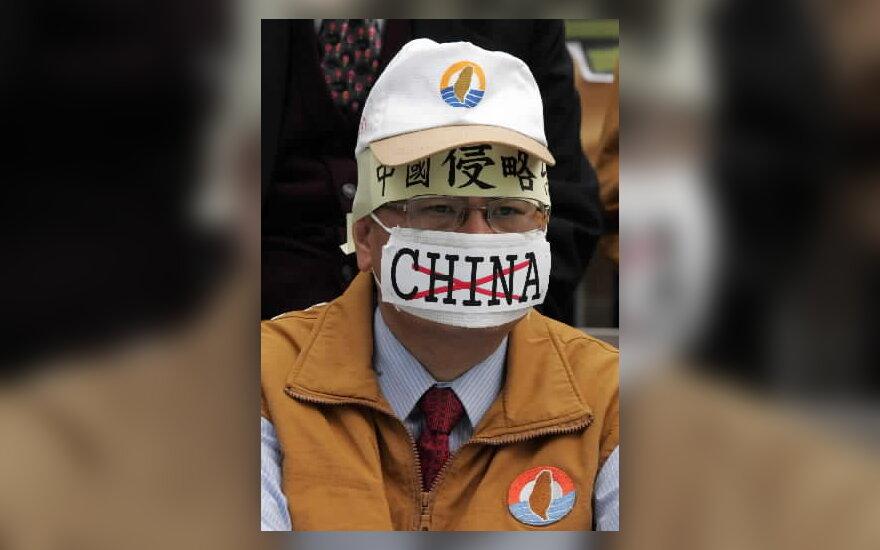 Taivano Solidarumo sąjungos, pasisakančios už Taivano nepriklausomybę, narys, protestuoja prie Taivano parlamento rūmų Taipėjuje.