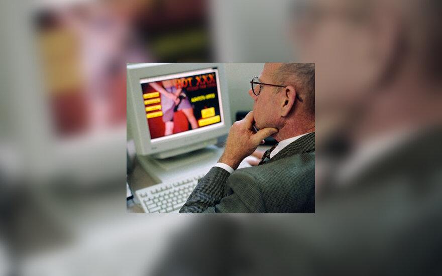 Vyras kompiuteryje žiūri porno puslapius
